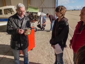 René Amoretti explique le fonctionnement du carburateur que Jean-Stéphane est en train de changer sur le PA-28