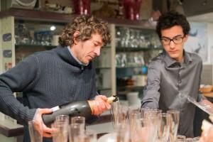 Pierre Tréhin sert des coupes de Champagne bien méritées, aidé par un jeune élève pilote, Jacques Antoine.