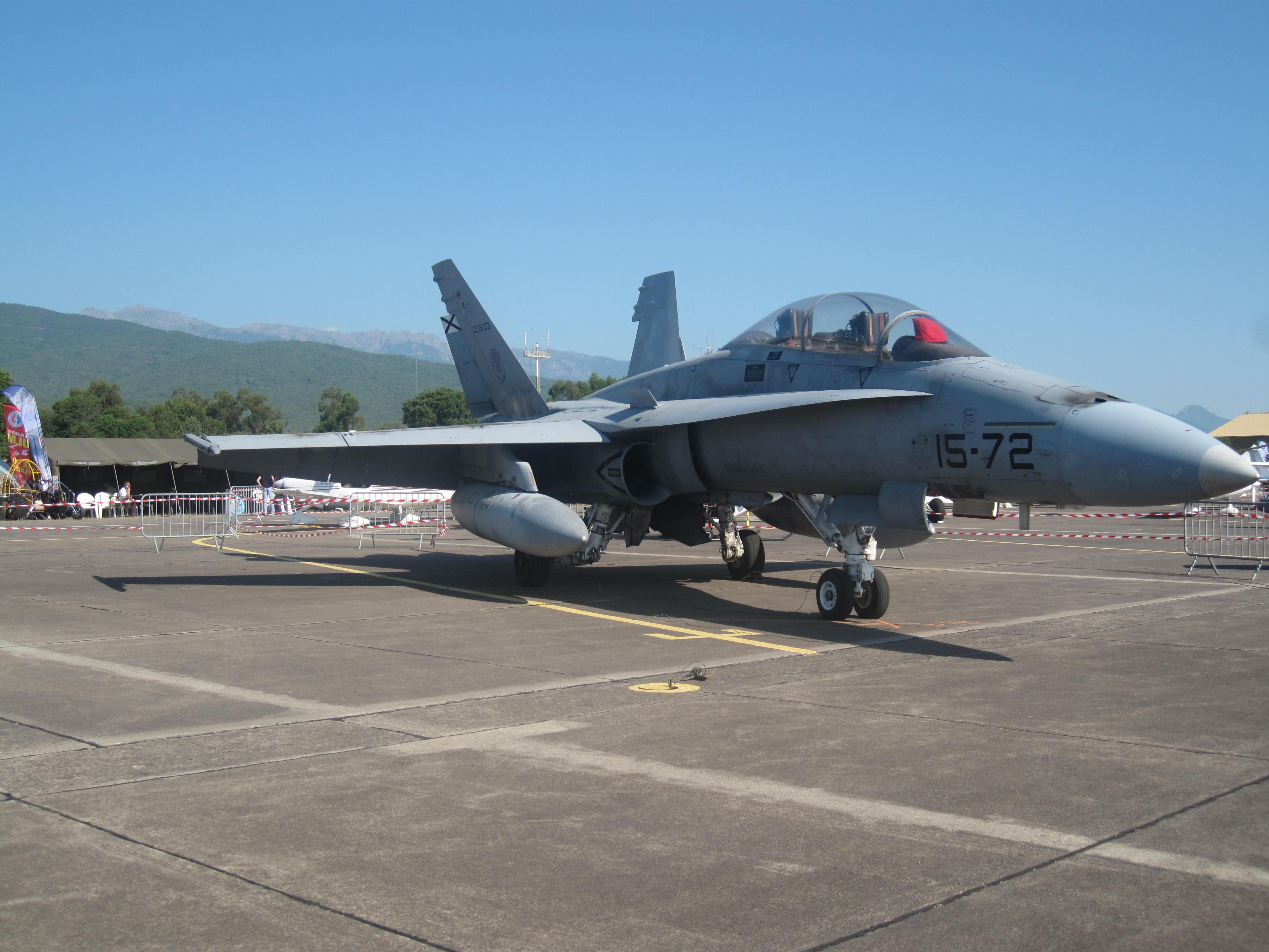 La chasse veille : un F18.