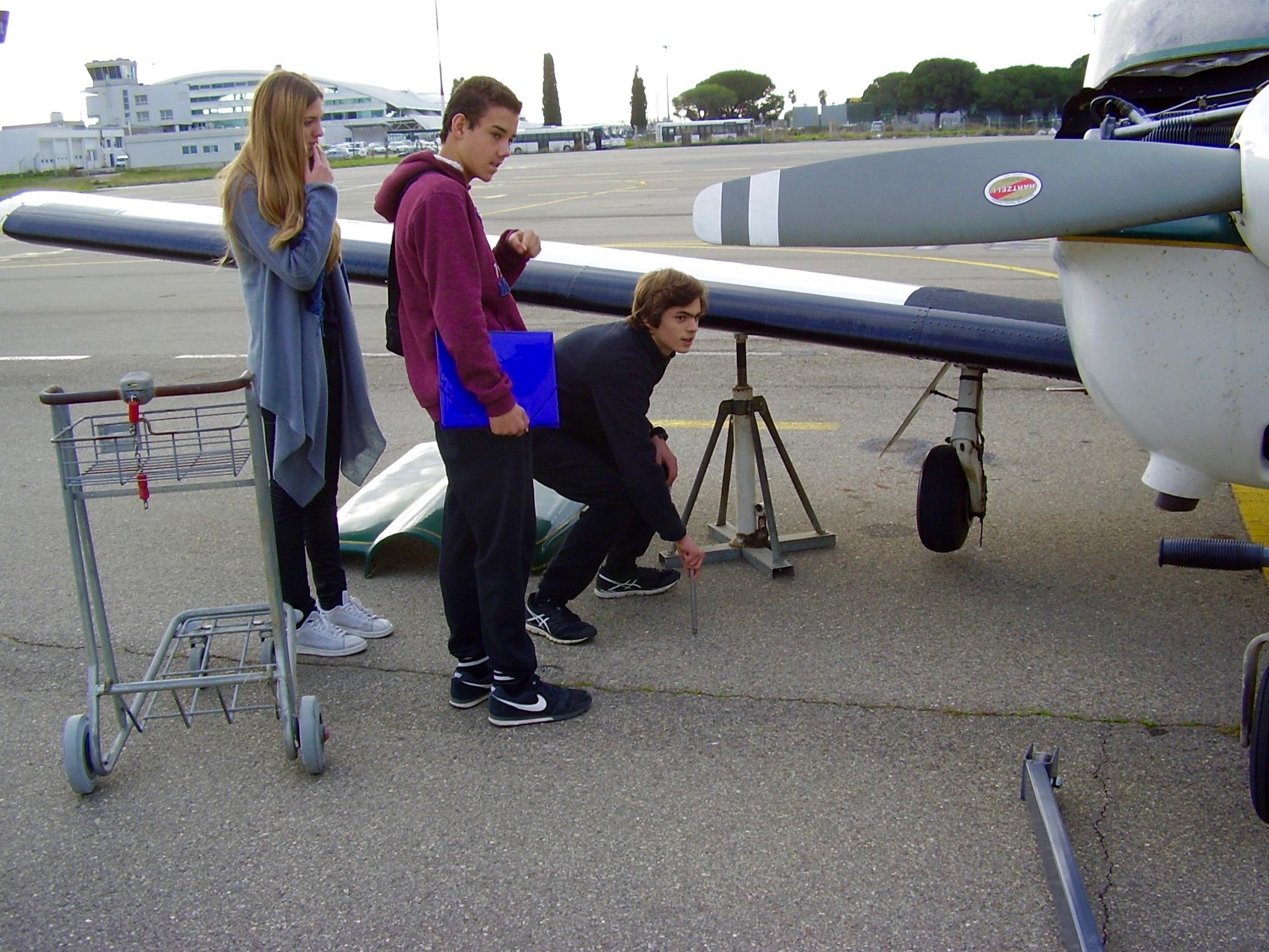 Élèves BIA et futurs bacheliers aéronautiques autour du TB20 de notre mécanicien Jean-Stéphane Lunel
